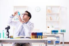 Chemii studencka robi substancja chemiczna eksperymentuje przy sala lekcyjnej activi obraz stock