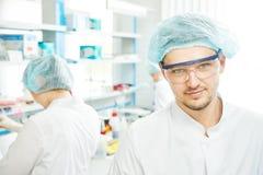 Chemików badaczów pracownicy w laboratorium zdjęcie stock