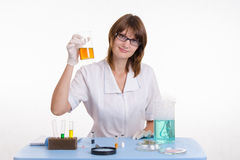 Chemik dostać wielkiego rezultat dla doświadczenia Zdjęcie Royalty Free