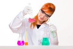 Chemik kobiety spojrzenia przy szkłem w lab fotografia royalty free