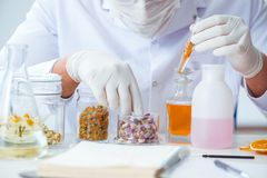 Chemik miesza pachnidła w lab obraz royalty free