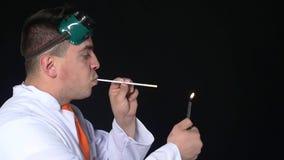 Chemik oddycha ogienia przez słomy, zwolnione tempo zdjęcie wideo