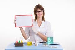 Chemik trzyma pastylkę Obraz Royalty Free