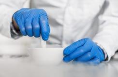 Chemik wykonuje eksperyment z ciekłym azotem zdjęcia royalty free