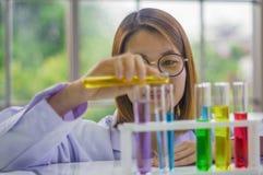 Chemika ` s Próbni Labs z Barwionymi Ciekłymi chemia testa stołami dla kosmetyków Rozwijać Bezpieczne formuły dla konsumentów obraz stock