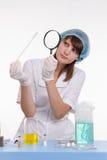 Chemiker überprüft den Schaum auf einem Stock Stockbild