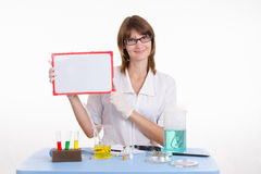 Chemiker, der eine Tablette hält Lizenzfreies Stockbild