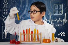 Chemiker, der Experiment mit chemischer Flüssigkeit tut Lizenzfreies Stockbild