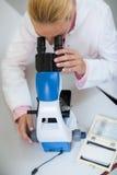 Chemiker, der im Mikroskop schaut Lizenzfreie Stockfotografie