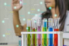 Chemiker der jungen Frau, Arbeitslabor, Gegenprobeausrüstung in der Hand mit Prüflingen, lizenzfreies stockfoto