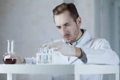 Chemiker, der mit Reagenzien im Labor arbeitet Stockfoto