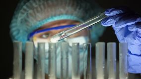 Chemiker, der sprudelnde Substanz, Produktion der illegalen Drogen, gefälschte Medikation überprüft stock video