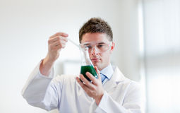 Chemiker mit einem Reagenzglas Stockfotografie