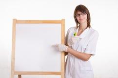 Chemiker mit Reagenzgläsern am Brett Stockbilder