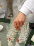 Chemiker mit Reagenzglas Stockfotografie