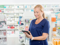 Chemiker Using Digital Tablet in der Apotheke lizenzfreies stockfoto