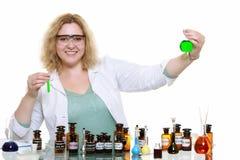 Chemikerfrau mit der chemischen Glaswarenflasche lokalisiert Stockbild