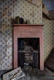 Cheminée abandonnée de maison images stock