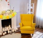 Cheminée avec des bougies, fauteuil confortable images libres de droits