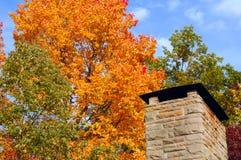 Cheminée avec des couleurs d'automne photographie stock libre de droits