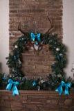 Cheminée avec des décorations de Noël Photos libres de droits
