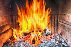 Cheminée avec l'incendie images stock