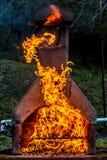 Cheminée avec le feu et le diable énormes des flammes indiquées photo stock