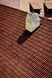 Cheminée blanche sur un toit carrelé rouge photo stock