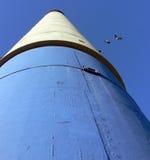 Cheminée bleue, blanche et noire avec des pigeons photo libre de droits