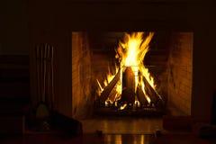 Cheminée brûlante Cheminée comme meuble Décoration de concept de nouvelle année de Noël images libres de droits