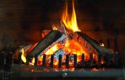 Cheminée brûlante Cheminée comme meuble Décoration de concept de nouvelle année de Noël photographie stock