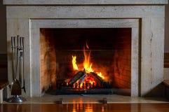 Cheminée brûlante Cheminée comme meuble Décoration de concept de nouvelle année de Noël photos libres de droits