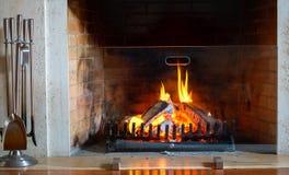 Cheminée brûlante Cheminée comme meuble Décoration de concept de nouvelle année de Noël images stock