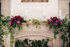 Cheminée décorée des fleurs et des bougies image stock