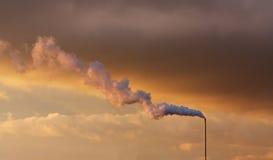 Cheminée d'évacuation des fumées d'usine Image libre de droits