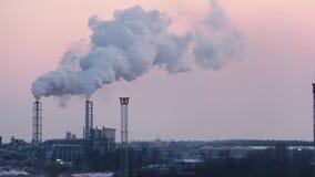 Cheminée d'évacuation des fumées de cheminée sur le lever de soleil Thème de pollution atmosphérique et de changement climatique banque de vidéos