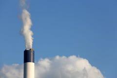 Cheminée d'évacuation des fumées industrielle Photographie stock libre de droits