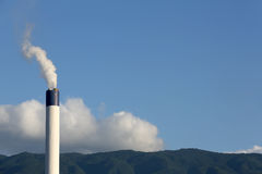 Cheminée d'évacuation des fumées industrielle Image stock