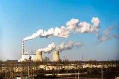 Cheminée d'évacuation des fumées industrielle d'usine d'usine de centrale à charbon de cheminée sur la pollution atmosphérique de photo stock
