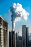 Cheminée d'évacuation des fumées industrielle d'usine d'usine de centrale à charbon de cheminée sur la pollution atmosphérique de photographie stock