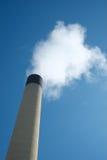 Cheminée d'Iindustrial avec la pollution de fumée Photo stock