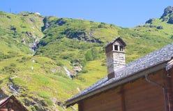 Cheminée d'une hutte alpine Photo stock