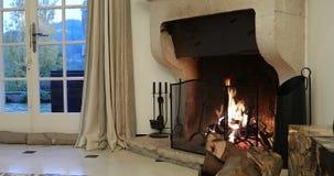 Cheminée dans une villa médiévale luxueuse clips vidéos