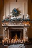 Cheminée de Noël avec des bougies et des décorations Image libre de droits