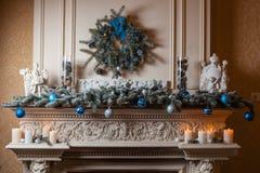 Cheminée de Noël avec des décorations Photo stock
