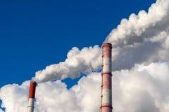 Cheminée de tabagisme contre le ciel bleu, plan rapproché photographie stock libre de droits