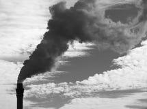 Cheminée de tabagisme produisant des gaz à effet de serre photos libres de droits