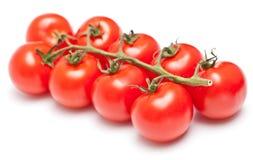 Cheminée des tomates-cerises mûres fraîches sur le blanc Photos libres de droits