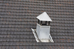 Cheminée en métal sur le toit carrelé Image stock