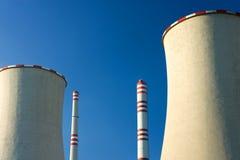 cheminée et coolingtowers de centrale électrique nucléaire Photographie stock